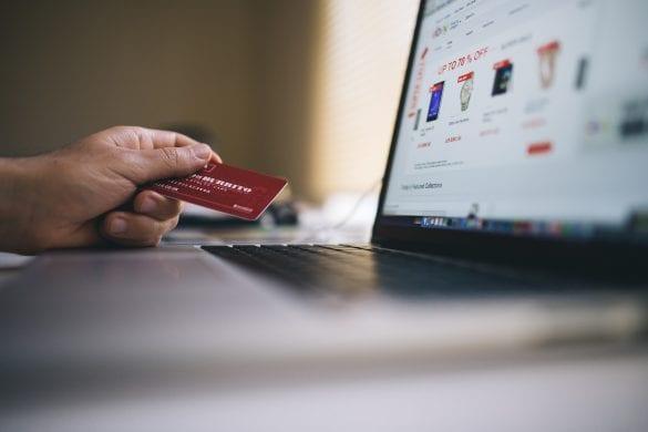 platba-kartou-pocitac-karta-internetbanking-ruka