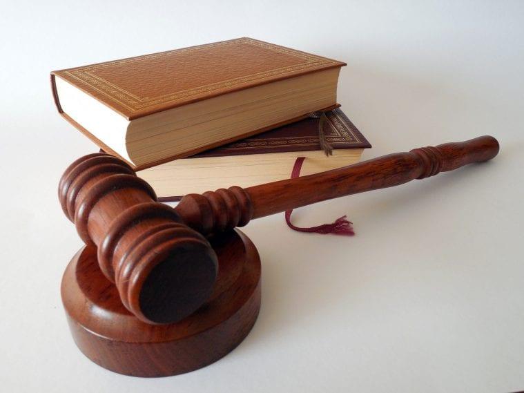 knihy pravo legislativa sud sudca kladivo spravodlivost