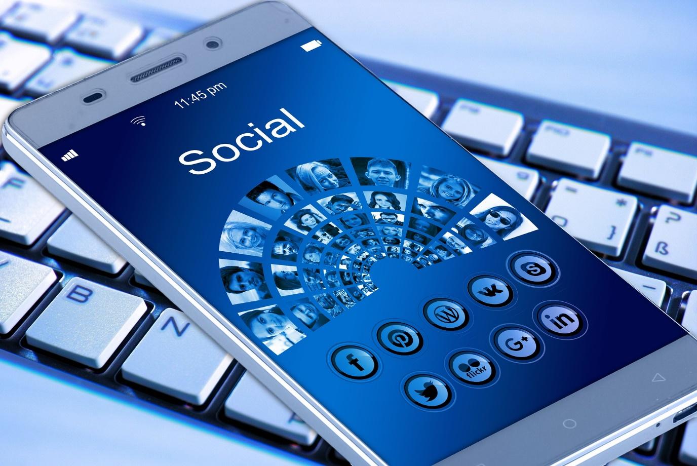 social media mobil iphone smartphone phone telefon na klavesnici biele pozadie