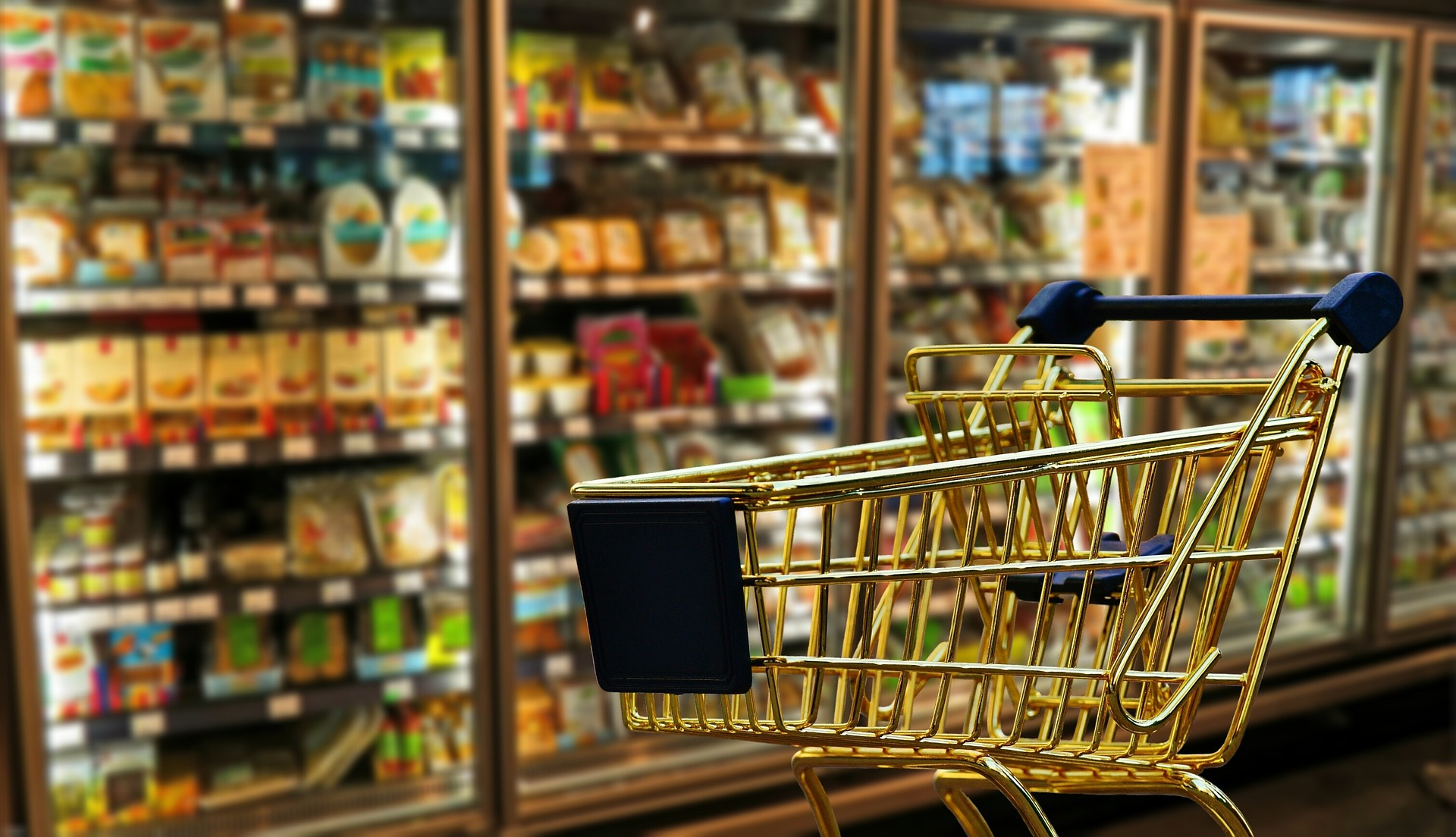 nakupny vozik supermarket regal produkty